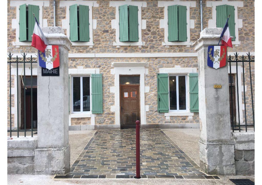 Parvis mairie de St Etienne de Gourgas